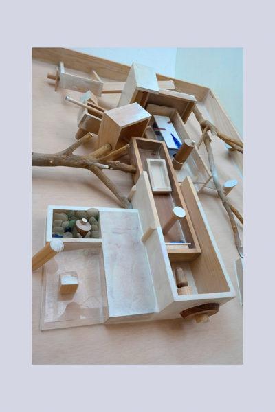 JUEGOS DE INFANCIA C - 102x75x19 cm - Reciclaje y Ensamblado - Serie Poemas Visuales - Proyecto S.O.S.tenible - 2013 - Gata de Gorgos.