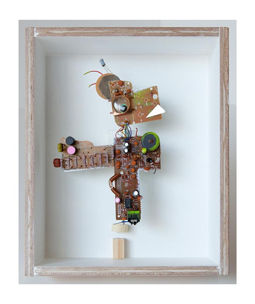 """MASCOTA ACICALADA A - 24x20x9 cm - Reciclaje y ensamblado - Serie Animalario - Proyecto S.O.S.tenible - Políptico """"Robotifauna"""" de 9 piezas - 2017 - Gata de Gorgos."""