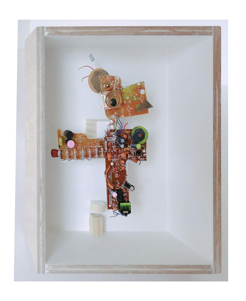 """MASCOTA ACICALADA B - 24x20x9 cm - Reciclaje y ensamblado - Serie Animalario - Proyecto S.O.S.tenible - Políptico """"Robotifauna"""" de 9 piezas - 2017 - Gata de Gorgos."""