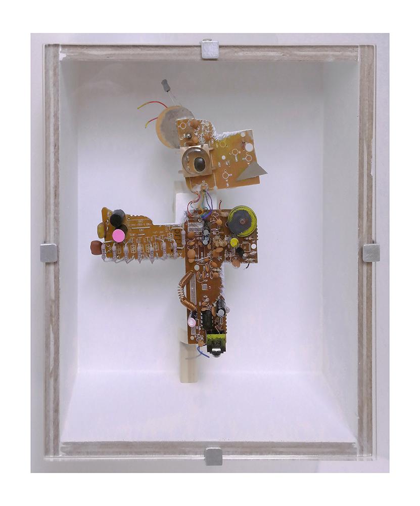"""MASCOTA ACICALADA C - 24x20x9 cm - Reciclaje y ensamblado - Serie Animalario - Proyecto S.O.S.tenible - Políptico """"Robotifauna"""" de 9 piezas - 2017 - Gata de Gorgos."""