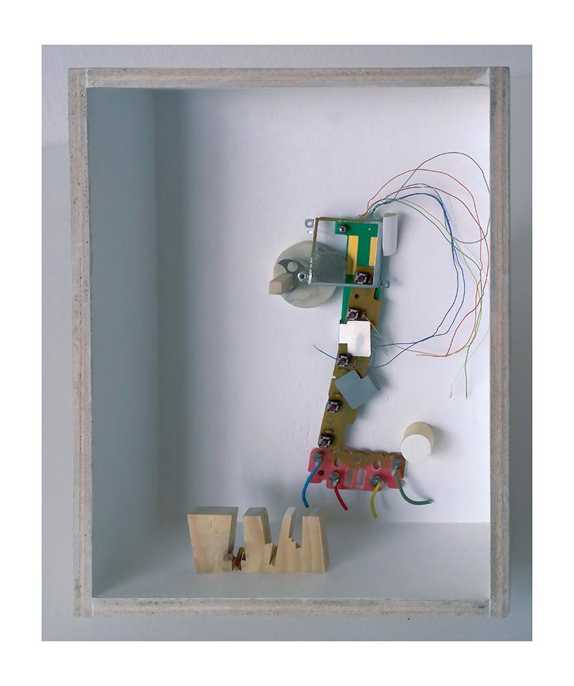 """PERRIRAFA A - 27'4x21'5x9 cm - Reciclaje y ensamblado - Serie Animalario - Proyecto S.O.S.tenible - Políptico """"Robotifauna"""" de 9 piezas - 2017 - Gata de Gorgos."""