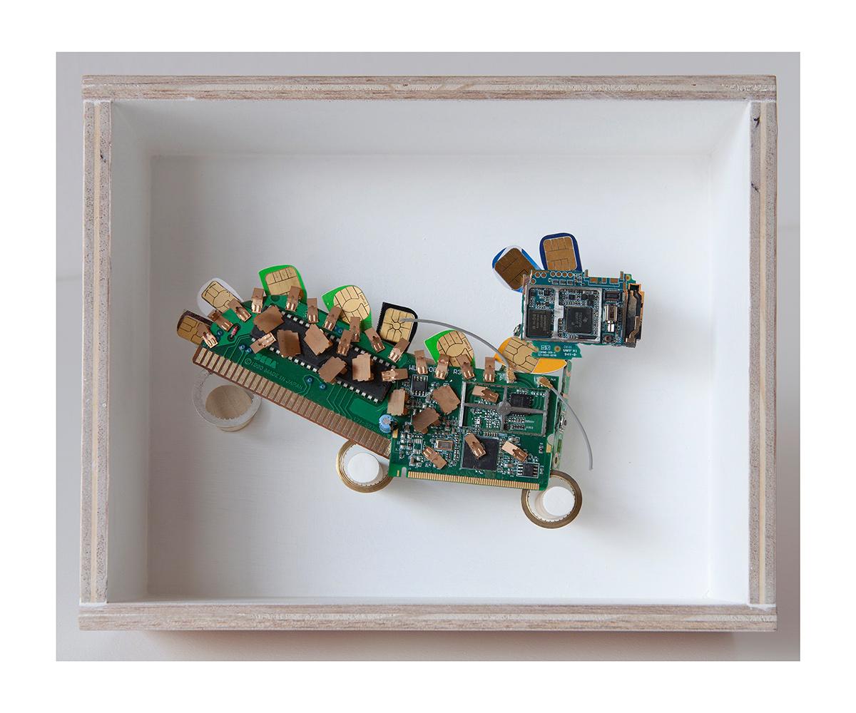 """PERRO,PERRO A - 20x24x9 cm - Reciclaje y ensamblado - Serie Animalario - Proyecto S.O.S.tenible - Políptico """"Robotifauna"""" de 9 piezas - 2017 - Gata de Gorgos."""