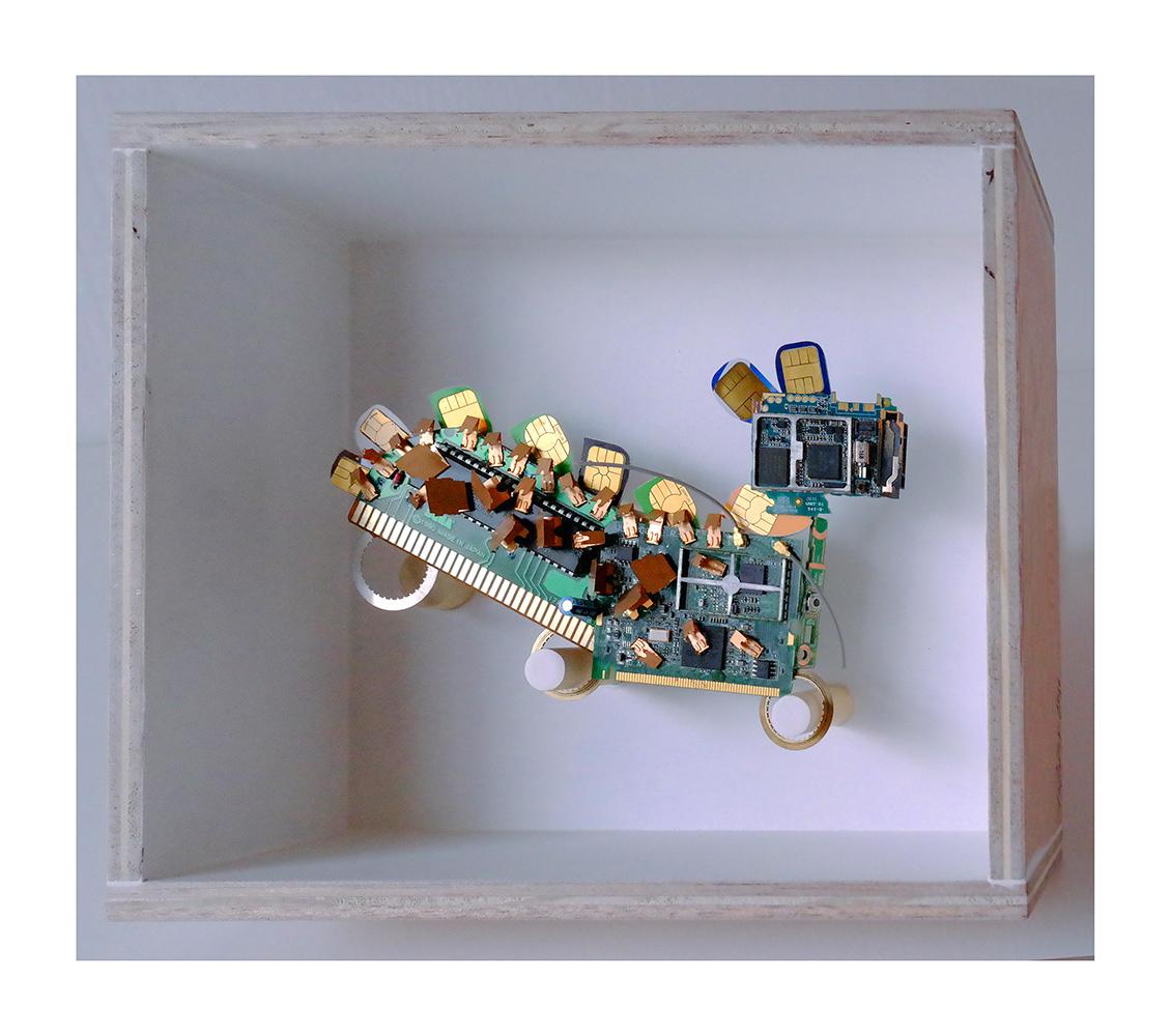 """PERRO,PERRO B - 20x24x9 cm - Reciclaje y ensamblado - Serie Animalario - Proyecto S.O.S.tenible - Políptico """"Robotifauna"""" de 9 piezas - 2017 - Gata de Gorgos."""