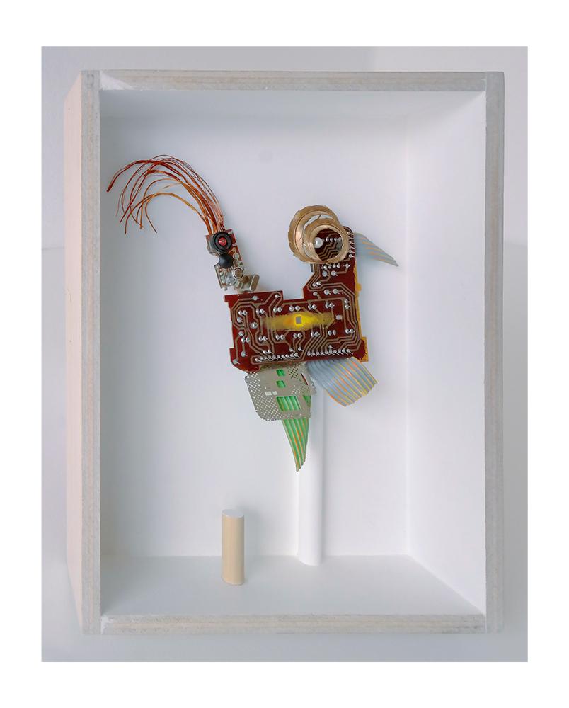 """ROBOGALLO A - 27'4x21'5x9 cm - Reciclaje y ensamblado - Serie Animalario - Proyecto S.O.S.tenible - Políptico """"Robatifauna"""" de 9 pieza - 2017 - Gata de Gorgos."""