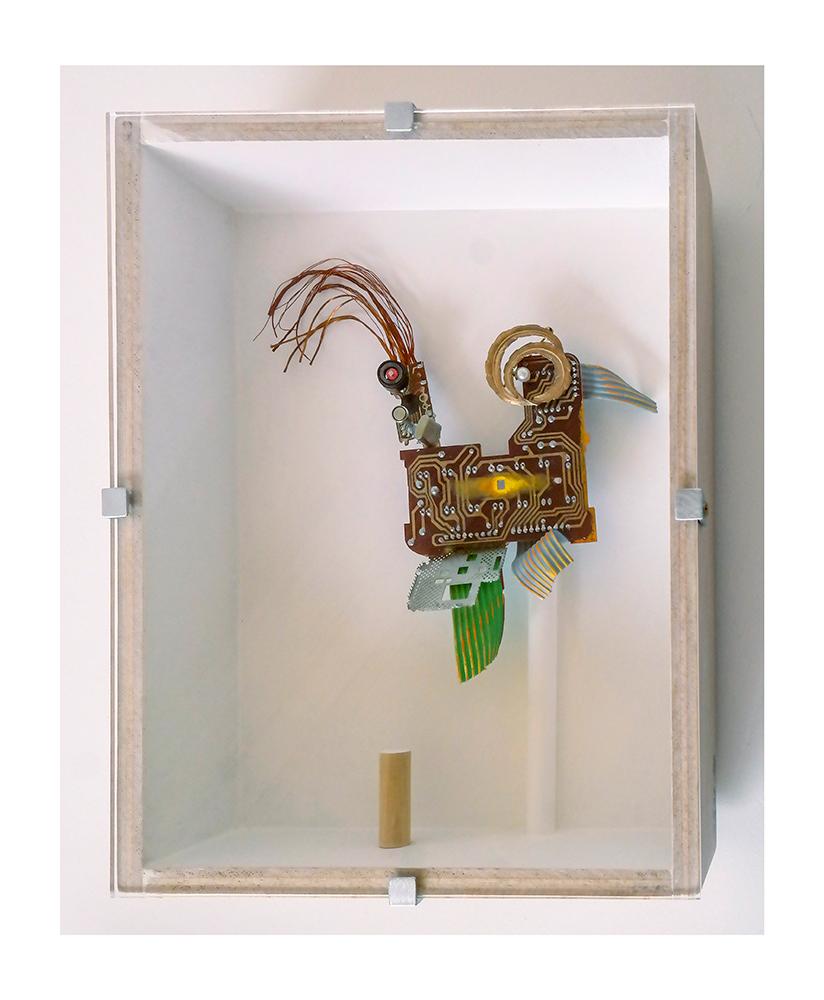 """ROBOGALLO B - 27'4x21'5x9 cm - Reciclaje y ensamblado - Serie Animalario - Proyecto S.O.S.tenible - Políptico """"Robatifauna"""" de 9 pieza - 2017 - Gata de Gorgos."""