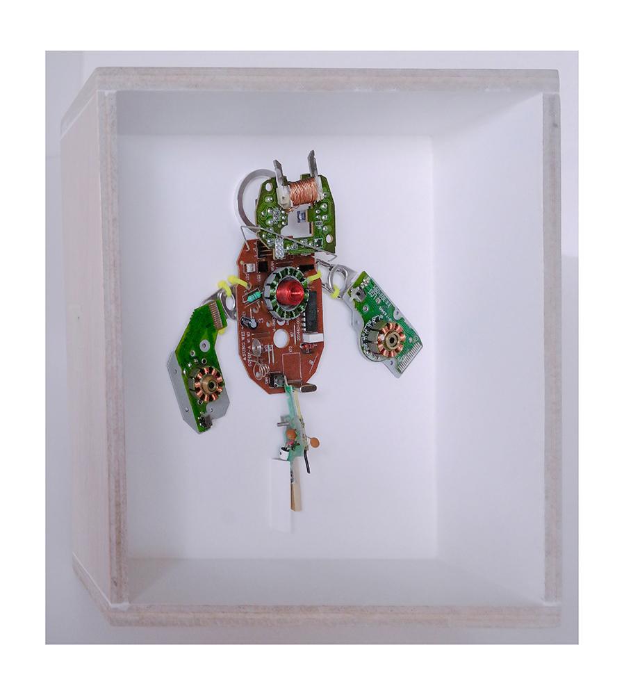 """ROTORTUGA B - 22'9x22'9x9 cm - Reciclaje y ensamblado - Serie Animalario - Proyecto S.O.S.tenible - Políptico """"Robotifauna"""" de 9 piezas - 2017 - Gata de Gorgos."""