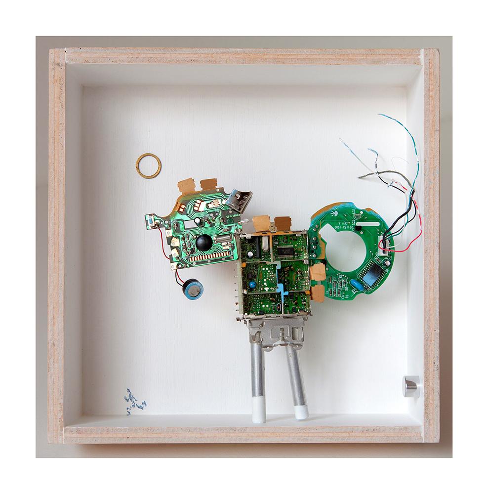 """VIGIANDANTE A - 23x22'9x9 cm - Reciclaje y ensamblado - Serie Animalario - Proyecto S.O.S.tenible - Políptico """"Robotifauna"""" de 9 piezas - 2017 - Gata de Gorgos."""