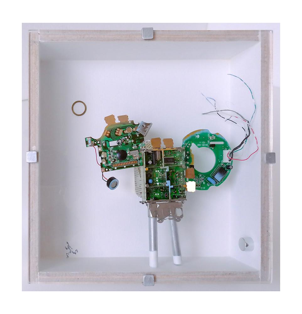 """VIGIANDANTE C - 23x22'9x9 cm - Reciclaje y ensamblado - Serie Animalario - Proyecto S.O.S.tenible - Políptico """"Robotifauna"""" de 9 piezas - 2017 - Gata de Gorgos."""