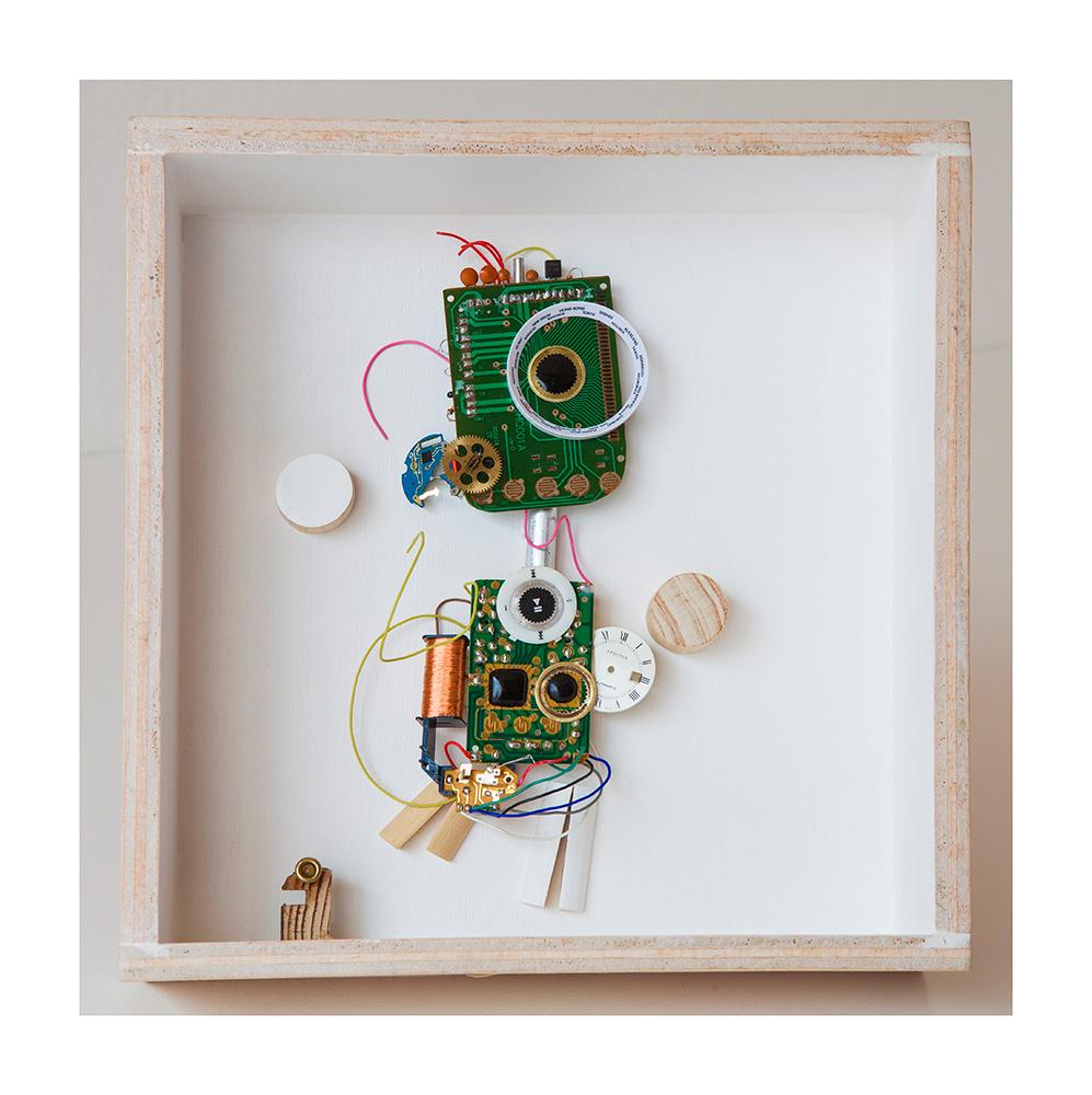 """DIGITIGUAGUA A - 22'9x22'9x9 cm - Reciclaje y ensamblado - Serie Animalario - Proyecto S.O.S.tenible - Políptico """"Robotifauna"""" de 9 piezas - 2017 - Gata de Gorgos."""