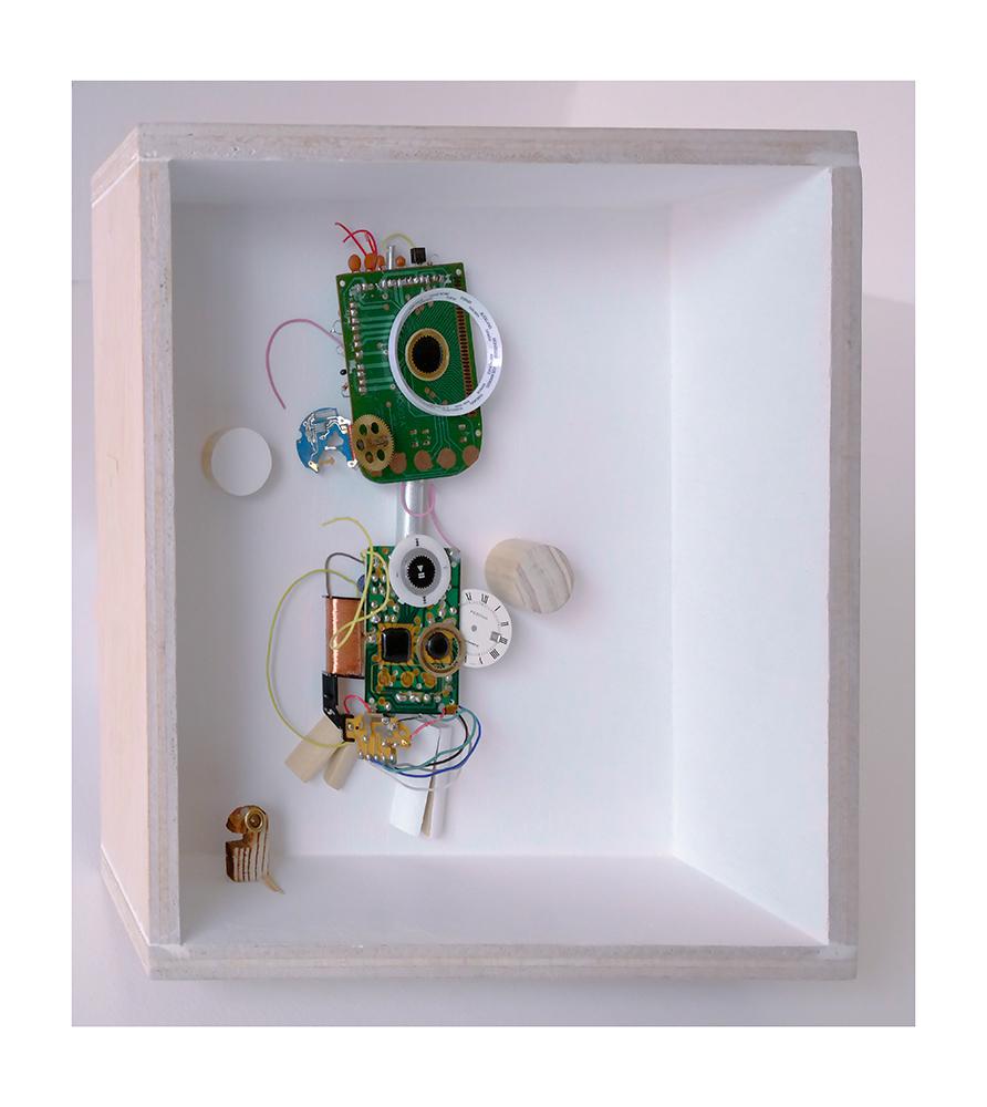 """DIGITIGUAGUA B - 22'9x22'9x9 cm - Reciclaje y ensamblado - Serie Animalario - Proyecto S.O.S.tenible - Políptico """"Robotifauna"""" de 9 piezas - 2017 - Gata de Gorgos."""