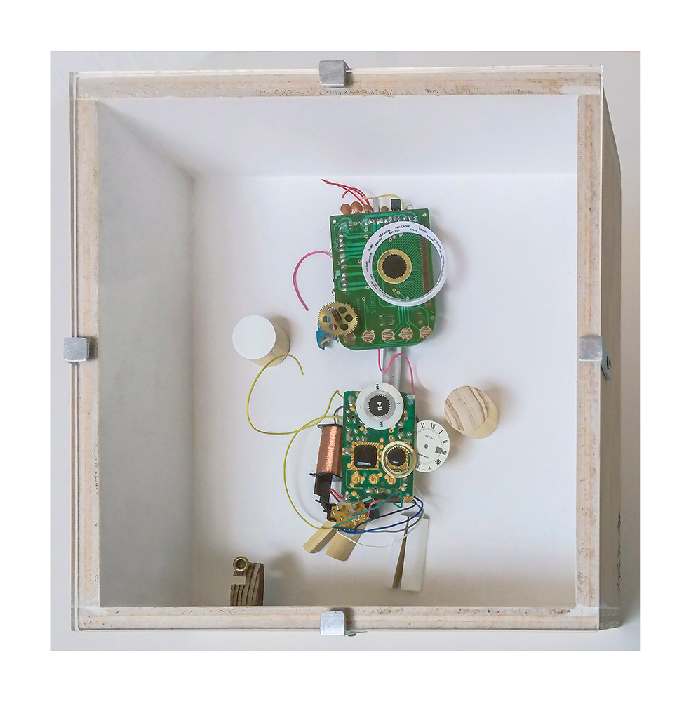 """DIGITIGUAGUA C - 22'9x22'9x9 cm - Reciclaje y ensamblado - Serie Animalario - Proyecto S.O.S.tenible - Políptico """"Robotifauna"""" de 9 piezas - 2017 - Gata de Gorgos."""