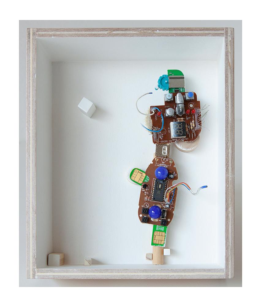 """GATO SEÑORITO A - 23'9x20x9 cm - Reciclaje y ensamblado - Serie Animalario - Proyecto S.O.S.tenible - Políptico """"Robotifauna"""" de 9 piezas - 2017 - Gata de Gorgos."""