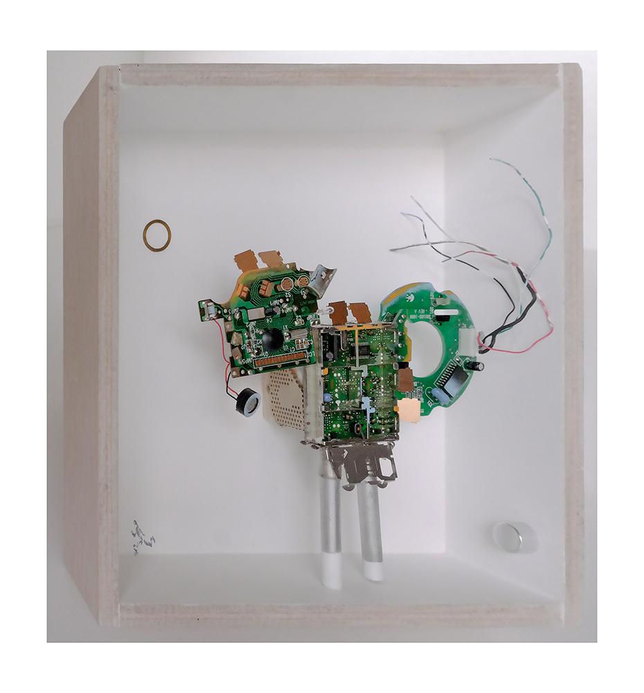 """VIGIANDANTE B - 23x22'9x9 cm - Reciclaje y ensamblado - Serie Animalario - Proyecto S.O.S.tenible - Políptico """"Robotifauna"""" de 9 piezas - 2017 - Gata de Gorgos."""